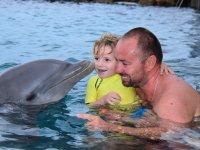 Et cette fois, c'est le dauphin qui lui fait un bisou