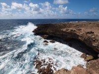 Falaise creusée par les vagues fracassantes de l'Atlantique