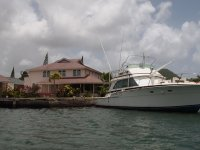 """Sur une partie de la marina, certaines maisons ont pignon sur mer avec ponton personnel ou """"garage"""" sur l'eau pour les jet-skis !"""