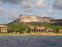 Un superbe hotel borde l'entrée de la baie de Spanish water
