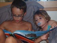 C'est Tom qui lit son histoire à Loann, ce soir