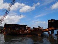 Ils découpent les vieilles coques de bateaux pour les recycler