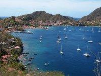 Vue sur l'Anse du Bourg des Saintes - allez-vous reconnaître Coco d'îles dans la baie ?