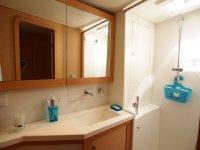 Une des salles d'eau (les 4 sont identiques) - bel espace de rangement dérrière les miroirs