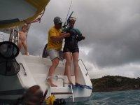 Eric équipe Virginie pour sa première plongée en mer