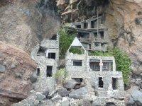 Quelle drôle d'idée d'aller construire dans un endroit aussi inaccessible !