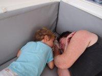 Loann et mamy, à la sieste... Et moi ? Ben, je prends les photos !
