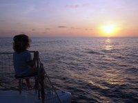Loann admire le coucher de soleil