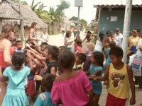 Distribution de jouets aux enfants kunas