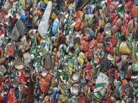 On passe devant un centre de tri et de recyclage