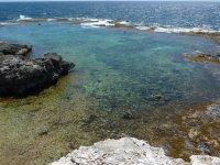 Une petite barrière de corail forme un petit lagon
