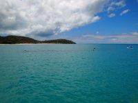 Deep Bay - la trainée noire que vous voyez à la surface de l'eau n'est autre que l'épave d'un cargo coulé au début du siècle