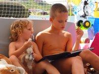 Quand Tom raconte des histoires à son petit frère...