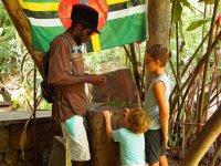 David est en train de leur fabriquer poisson, sauterelle, oiseau... avec des feuilles de cocotier, en quelques minutes seulement !