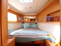 Une des deux cabines avant (lit 160 x 200 au niveau de la tête - ici, les fond sont censés être au fond)