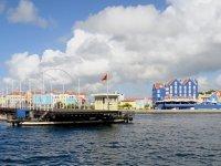 Le pont flottant s'articule pour laisser passer les bateaux qui entrent au port