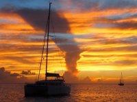 ... au coucher du soleil, avec le bateau Iaka en premier plan.
