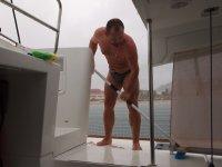 Ici, quand il pleut : on sort... On en profite pour nettoyer le bateau !
