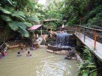 ... source chaude retenue dans des bassins de différentes températures