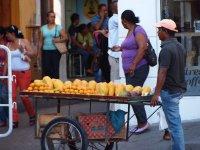 Marchand ambulant de fruits frais