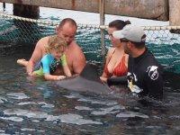 Loann s'extasie de pouvoir toucher le dauphin